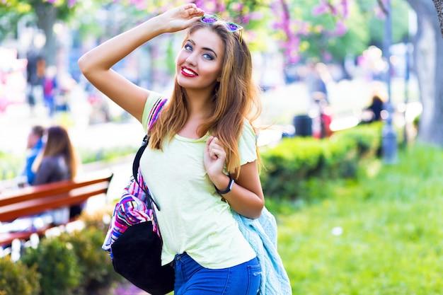 Открытый весенний портрет удивительной стильной женщины, яркий макияж, сексуальное тело, пастельная одежда, веселье в одиночестве, позирование в городском парке, наслаждение, отдых, отпуск, солнечный день, милый.