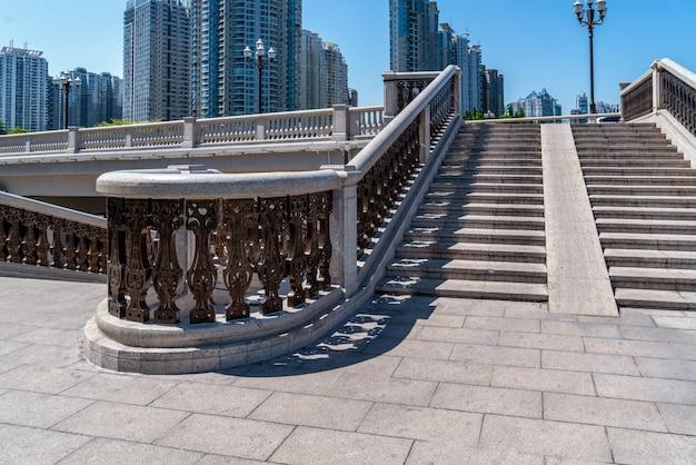 야외 계단 및 도시 건물