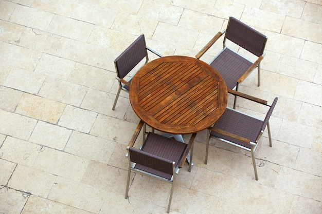 Летние столики в кафе со стульями
