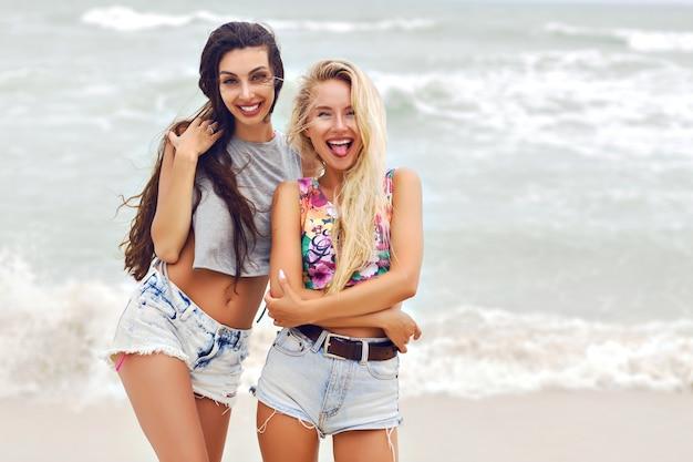 2つのかなり最高の悪魔の女の子の夏の屋外ファッションポートレート。
