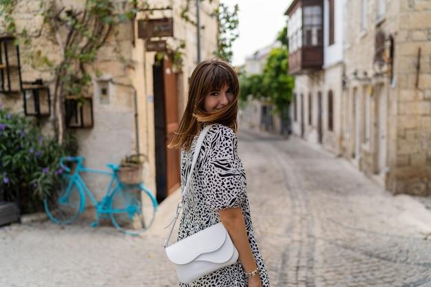 Открытый летний портрет красивой женщины wolking в старом европейском городе.