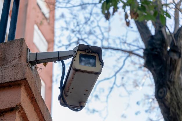 건물 외벽에 설치된 옥외 감시 또는 방범 카메라. 개념 보안, 원격 감시, 감시.