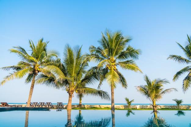 Piscina all'aperto in hotel e resort