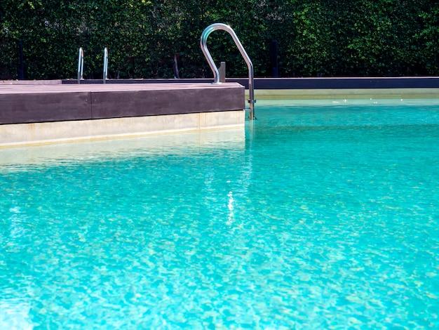 Открытый бассейн в летний день