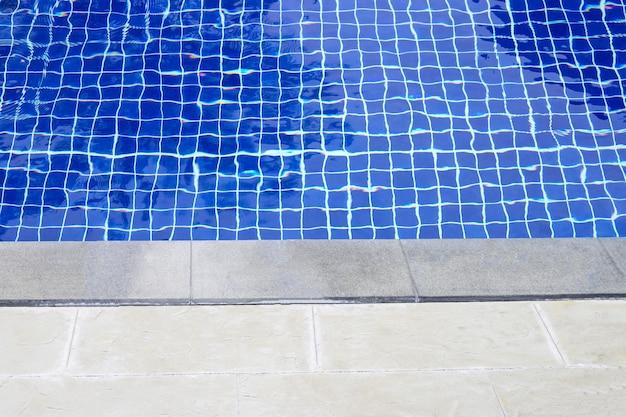 Уличный бассейн. отпуск и летнее понятие фона