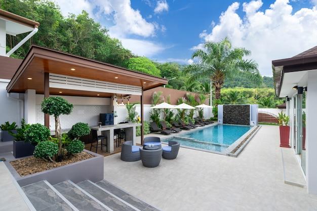 Открытый бассейн с барной стойкой на террасе у бассейна