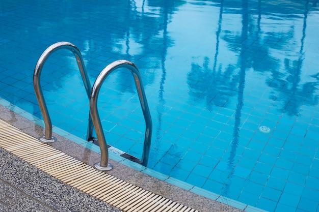 Открытый бассейн с лестницей