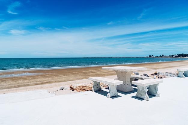 Открытый стол и стул на пляже