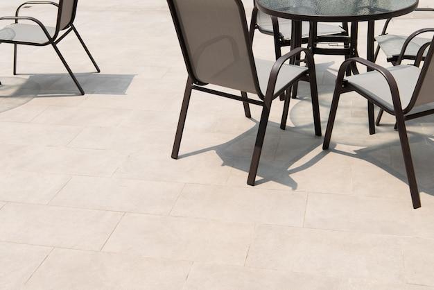 シッティングエリア付きの灰色の床タイル付きの屋外テラスエリア