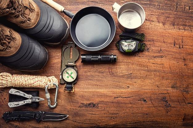 나무 배경에 산 트레킹 캠핑 여행을위한 야외 여행 장비 계획