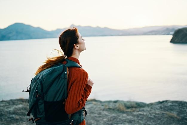 バックパックモデル観光新鮮な空気を身振りで示す屋外旅行者。高品質の写真 Premium写真