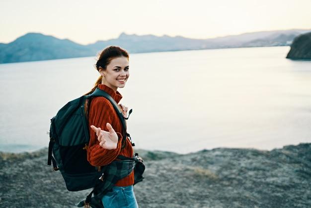 バックパックモデル観光新鮮な空気を身振りで示す屋外旅行者 Premium写真