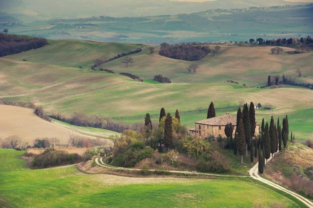 Открытый тосканский сельский дом и холмы