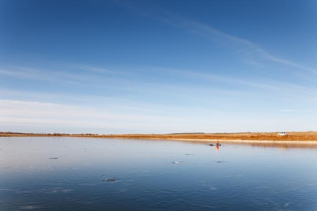 Открытый вид на замерзшее озеро зимой