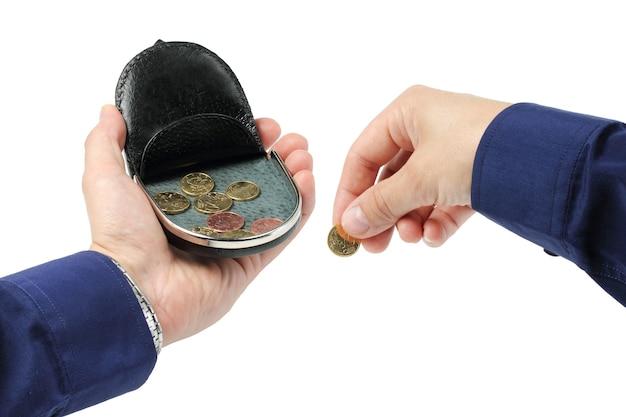 손에 동전을 넣을 수 있는 야외 지갑, 다른 손에는 동전을 들고 있습니다.