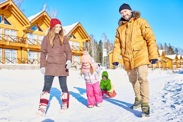 家族と一緒に屋外の冬の週末