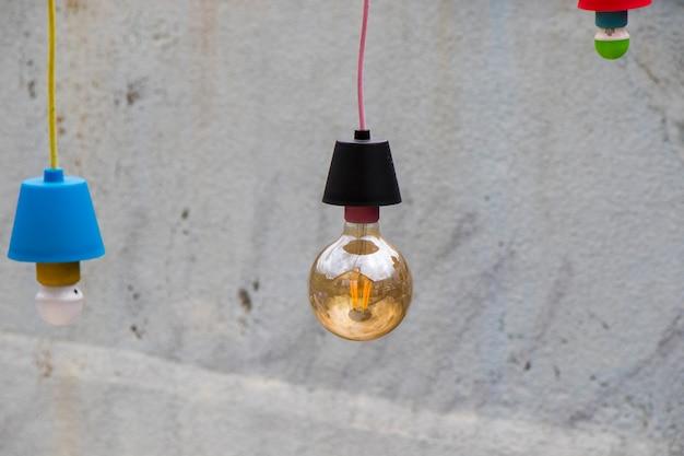 カラフルな屋外ヤード電球