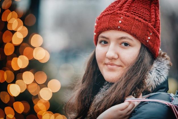 На открытом воздухе абстрактный размытие света красивый рыжий молодой подросток на улице в городе
