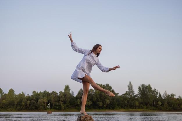 강에서 아름다운 보헤미안 여성의 야외 패션 사진