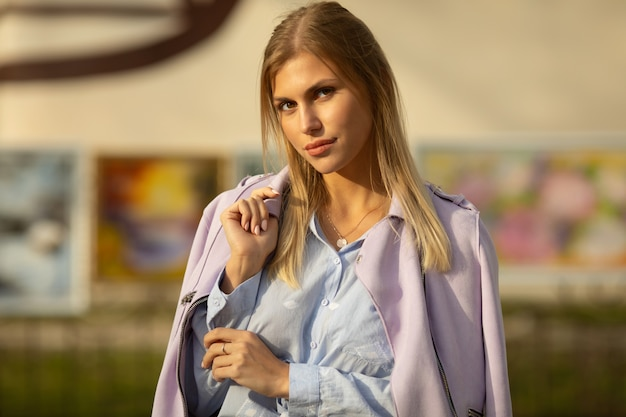 幸せな見事なブロンドの女の子のアウトドアライフスタイルファッションの肖像画。