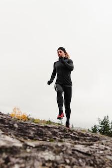 Бег тренировки на открытом воздухе вид спереди низкий выстрел