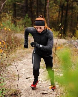 숲에서 야외 운동을 실행
