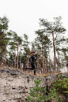 Беговая тренировка на открытом воздухе, вид сбоку