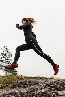 На открытом воздухе работает женщина тренировки
