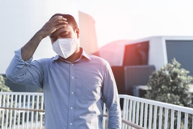 Человек нося лицевой гигиенический нос маски outdoors. концепция загрязнения воздуха.