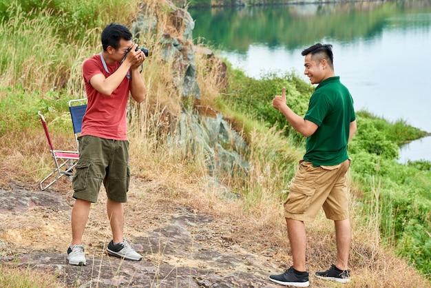 Друзья фотографируя outdoors