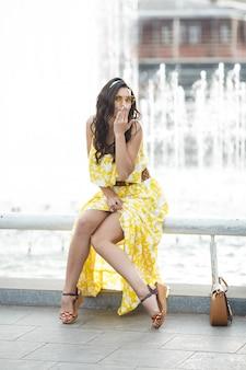 Стильная молодая женщина в желтых очках. портрет красоты привлекательной женщины outdoors. портрет молодой девушки крупным планом.