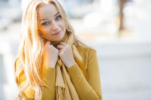 Портрет крупного плана молодой привлекательной женщины outdoors с космосом экземпляра. красивая блондинка девушка модель. веселая божья коровка весна, осень, осень.