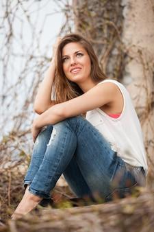 Красивая кавказская женщина в вскользь outdoors
