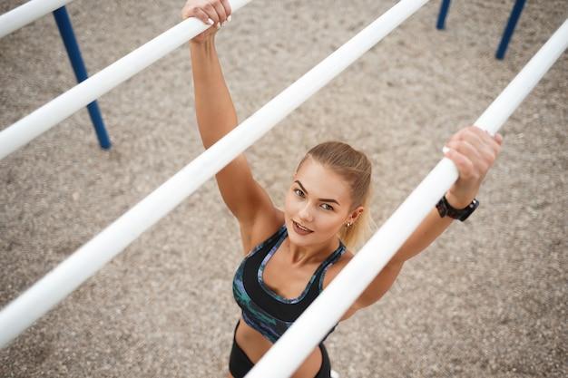 Тренировка женщины outdoors
