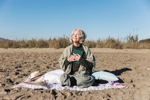 Красивая старшая женщина наслаждаясь outdoors