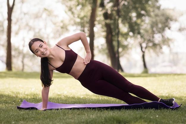 Атлетическая молодая женщина работая outdoors