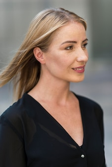 Взгляд со стороны портрета бизнес-леди outdoors