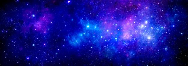 밝은 별과 성운이 있는 우주 공간