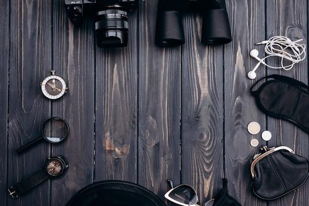 Наряд путешественника на деревянных фоне