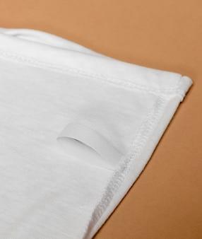 흰색 원단에 의류 태그가있는 복장