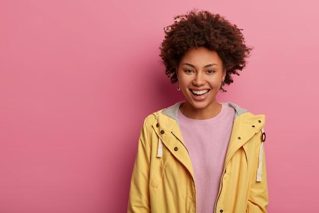 発信楽観的なミレニアル世代の女性は楽しさと歯を見せる笑顔を持っています