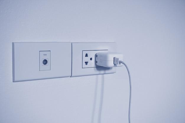 Розетка и адаптер питания usb, новая розетка. для удобства мобильное зарядное устройство или смартфон и телевизор в концепции современной жизни.