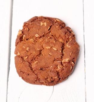 テーブルの上の自家製outmealブラウンクッキー