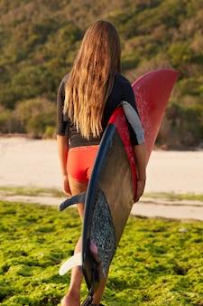 긴 직선 머리를 가진 아름다운 여성의 외부 샷, 익스트림 스포츠를 좋아합니다