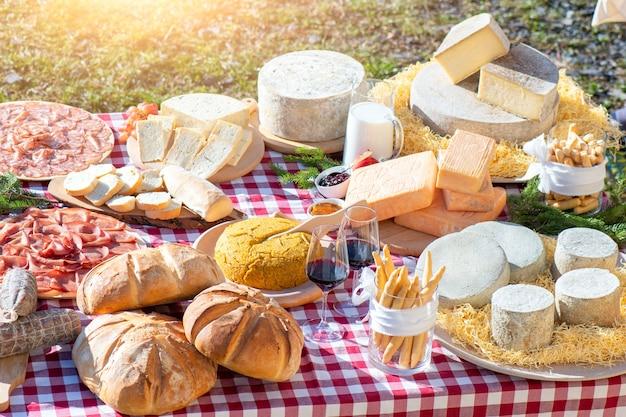 ベルガモの山々の代表的な製品が並ぶ外のテーブル