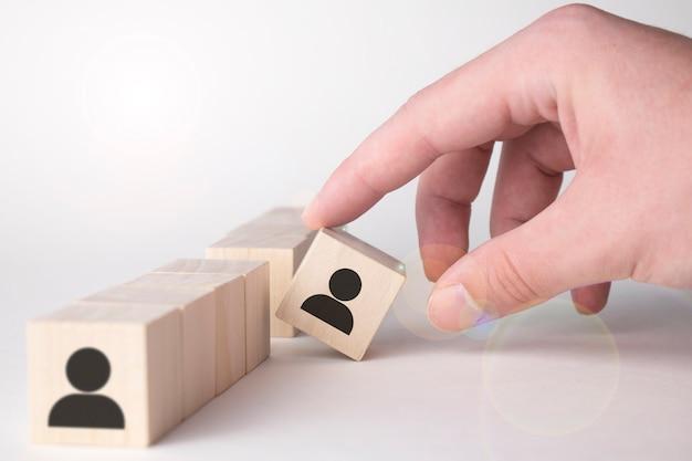 優れた才能は群衆と異なるコンセプトから際立っています。ビジネスマンの手