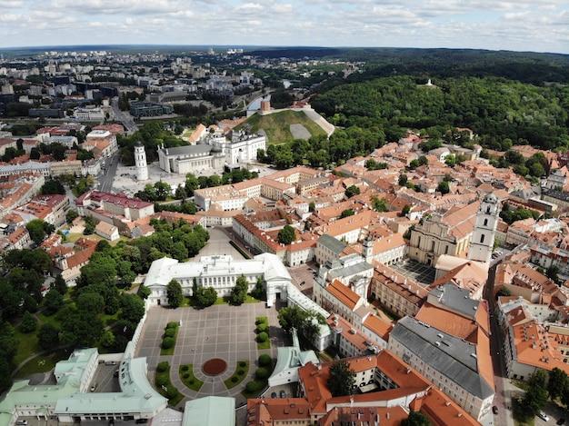 美しく穏やかな街ビリニュスの空からの素晴らしい眺め。ヨーロッパのバルト海の国リトアニアの首都。ドローンによって作成された空中写真