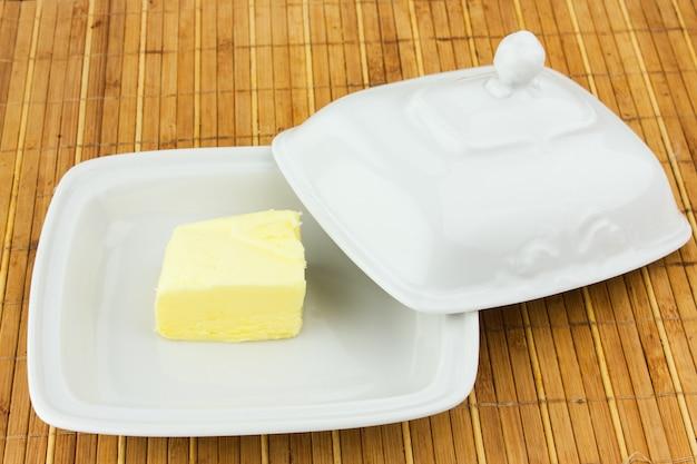 Овальное блюдо с масляным колпачком на бамбуковой салфетке