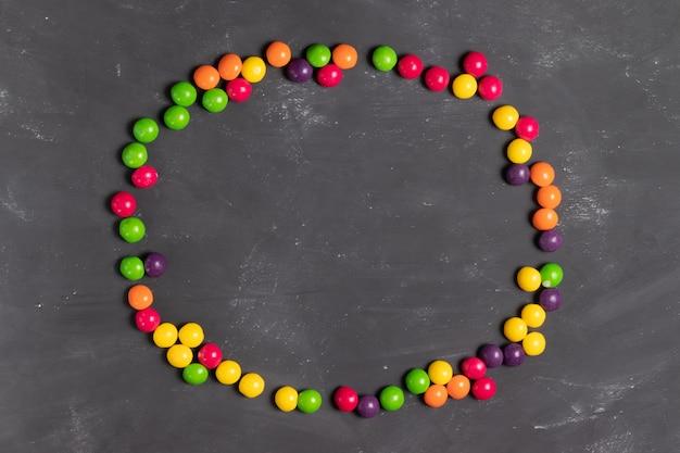 여러 가지 빛깔의 둥근 사탕의 타원형 프레임