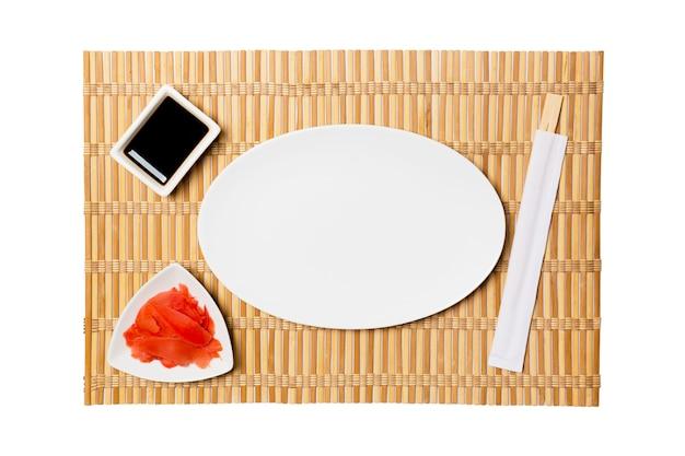 Овальная белая тарелка с палочками для суши